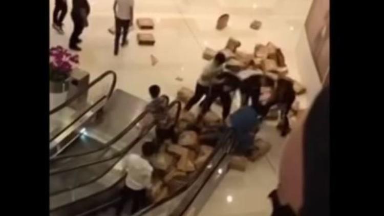 Pelea por 80 pares de zapatillas Adidas en un centro comercial chino (VIDEOS)
