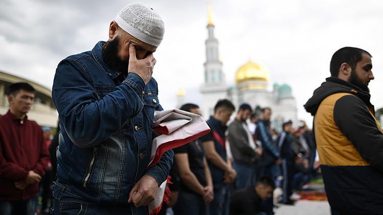 FOTOS: 250.000 musulmanes llegan a la principal mezquita de Moscú para el fin del Ramadán