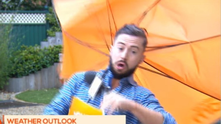 El poder de la naturaleza: el viento se lleva en directo a un presentador (VIDEO)