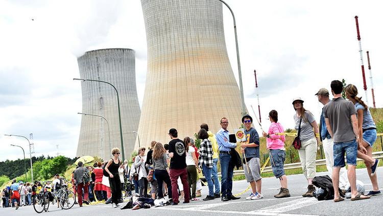 Una cadena humana de 90 kilómetros protesta contra dos viejos reactores nucleares belgas (VIDEO)
