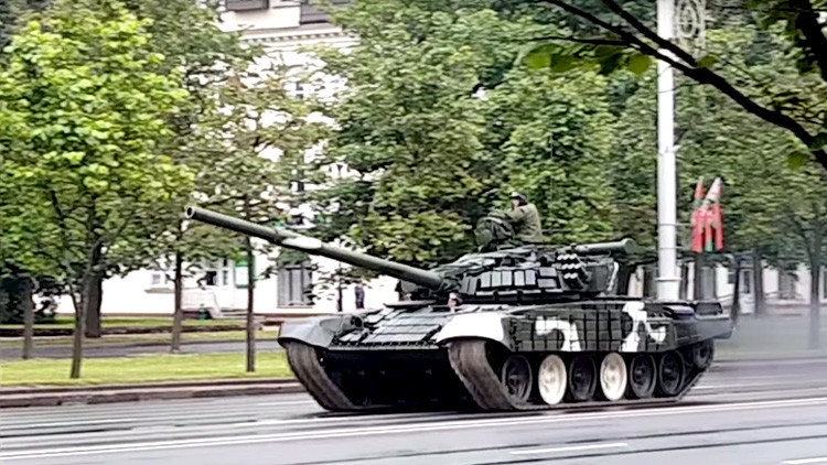 Video: Un tanque derriba un poste de luz en plena calle en Minsk