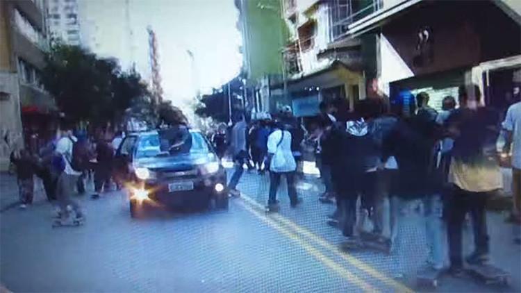 Automovilista atropella a patinadores en Sao Paulo