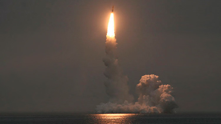 Un submarino estratégico ruso lanza un misil balístico intercontinental