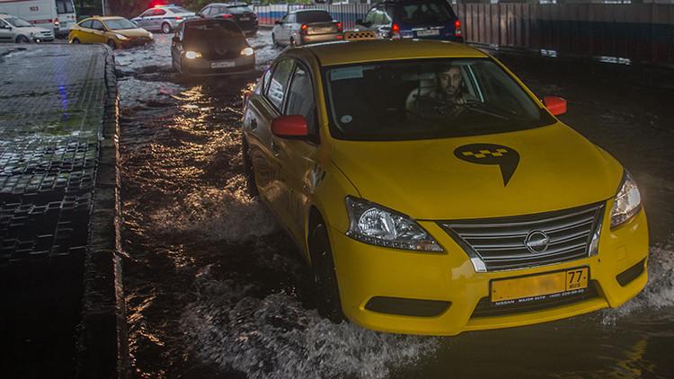 """Vamos a necesitar barcos"": Una torrencial lluvia azota a Moscú (FOTOS, VIDEOS)"