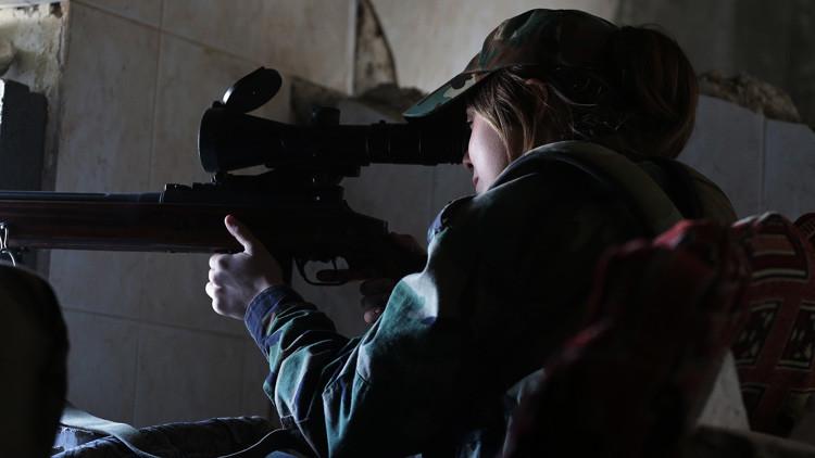 VIDEO: Una bala pasa a escasos centímetros de una combatiente kurda y su reacción es impresionante