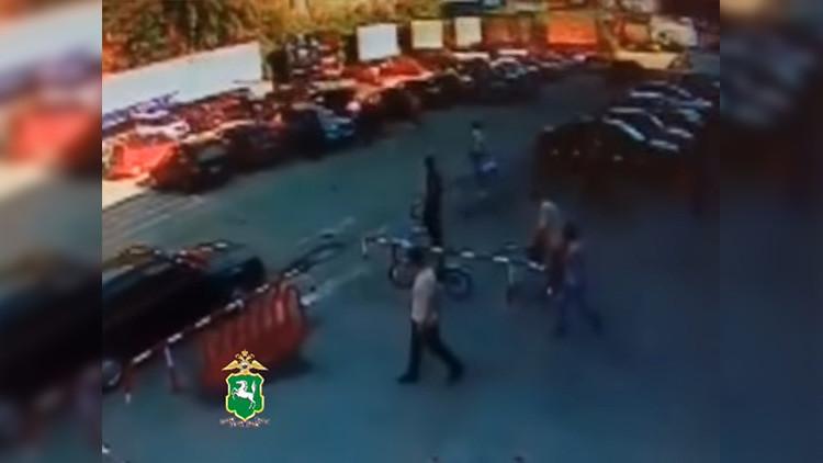 VIDEO: Transeúntes rompen la ventana de un Lexus para rescatar a un bebé abandonado