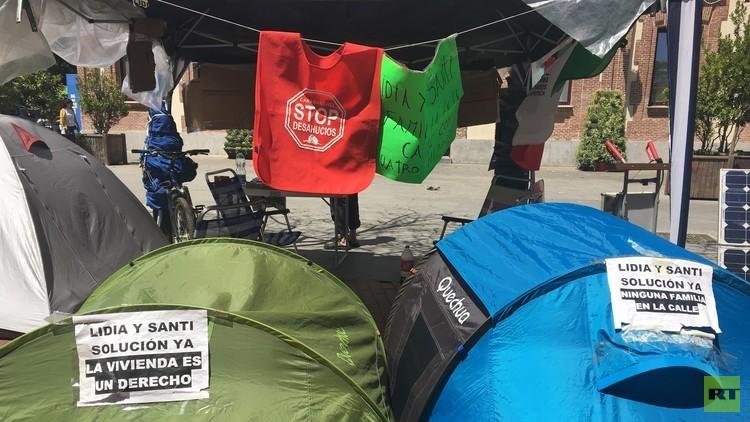 RT, testigo de una dura historia de desahucio: Lidia y Santi acampados en la calle de Madrid