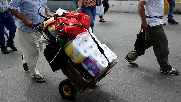 Todo incluido: Una pareja roba 14 rollos de papel higiénico, flores y alcohol en un hotel (VIDEO)