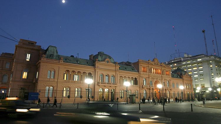 VIDEO: Un coche empuja y abre el portón de la sede presidencial argentina