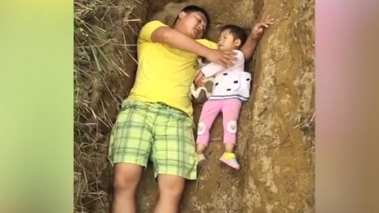 VIDEO: Un padre desesperado prepara a su hija para la muerte jugando con ella en su futura tumba