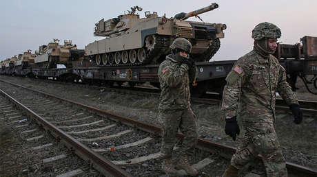 Soldados estadounidenses pasan junto a tanques M1 Abrams en la base aérea rumana de Mihail Kogalniceanu, el 14 de febrero de 2017.