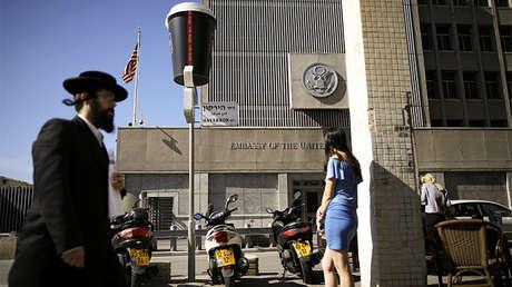 Un judío ultraortodoxo pasa frente a la embajada de EE.UU. en Tel Aviv