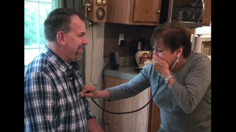 Captura de pantalla del video que muestra a Anna Ricks escuchando el latido del corazón de su hijo fallecido en otro hombre
