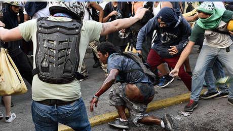 Orlando José Figuera, al momento que era agredido.