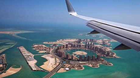 Un avión del Gobierno de EE.UU. sobrevuela una de las islas artificiales en la costa catarí