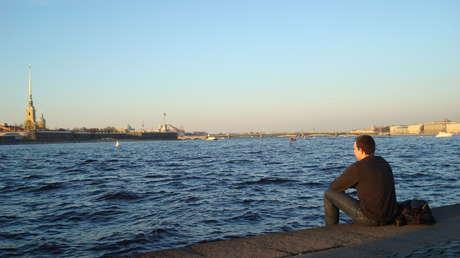 Frente al Nevá, principal río que atraviesa San Petersburgo.