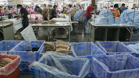 Empleados trabajando en una fábrica textil de Honduras