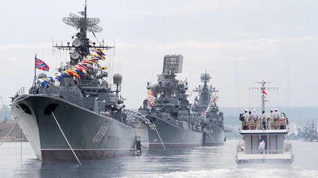 Desfile de buques en el mar Negro encabezado por la fragata Pytlivy