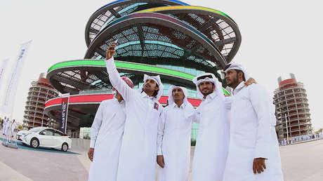 Un grupo de cataríes frente al Estadio Internacional Jalifa en Doha
