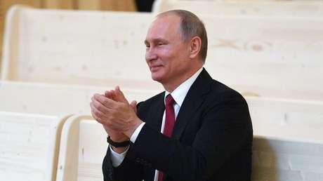 El presidente ruso, Vladímir Putin, asiste a la inauguración de una sala de conciertos en Répino, Rusia. 3 de junio de 2017.