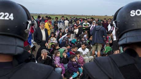 Imagen de archivo de un grupo de refugiados sirios en la frontera de Hungría con Serbia