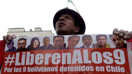 Un minero boliviano participa en un acto de protesta por la detención de 9 funcionarios públicos de este país en Chile.