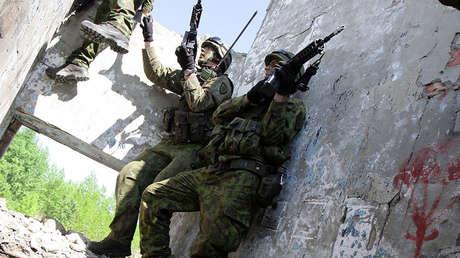Soldados tomando parte de ejercicios Black Arrow 2014 en Lituania, 22 de mayo de 2014.
