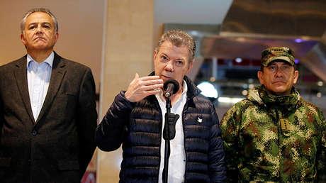 Juan Manuel Santos se dirige a los medios de comunicación junto al vicepresidente Óscar Naranjo y al comandante de las Fuerzas Militares de Colombia, el general Juan Pablo Rodríguez, tras la explosión en el Centro Comercial Andino en Bogotá, el 17 de junio de 2017.