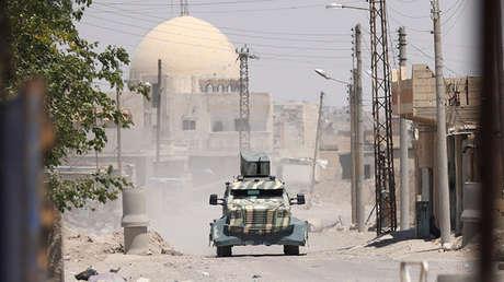 Un vehículo militar de las Fuerzas Democráticas Sirias en la provincia de Raqa, Siria, el 18 de junio de 2017.