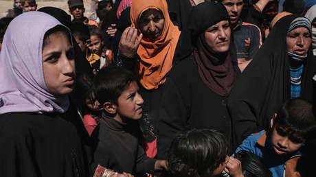 Mujeres y niños iraquíes huyendo de la violencia en Mosul