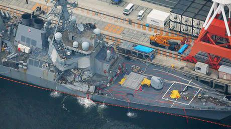 El accidentado destructor estadounidense USS Fitzgerald en el puerto de Yokosuka, Japón.
