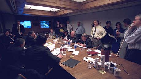 El entonces vicepresidente Dick Cheney junto a altos funcionacios en el Centro Presidencial de Operaciones de Emergencia el 11-S de 2001