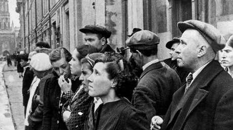 Ciudadanos escuchan la comunicación oficial sobre la agresión de la Alemania nazi, Moscú, URSS, 22 de junio de 1941.