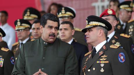El presidente de Venezuela, Nicolás Maduro, habla con el ministro venezolano de Defensa, Vladimir Padrino López, durante un evento para la transmisión de mandos militares en Caracas, Venezuela, el 23 de junio de 2017.