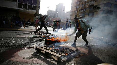 Manifestantes incendian una barricada durante una manifestación contra el Gobierno del presidente Nicolás Maduro, en Caracas (Venezuela), el 26 de junio de 2017