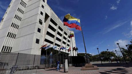 Un hombre pasa delante de la Corte Suprema de Venezuela en Caracas, el 23 de diciembre de 2015.