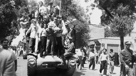 Manifestantes monárquicos y el Ejército iraní confraternizan en Teherán después del golpe de Estado de 1953.