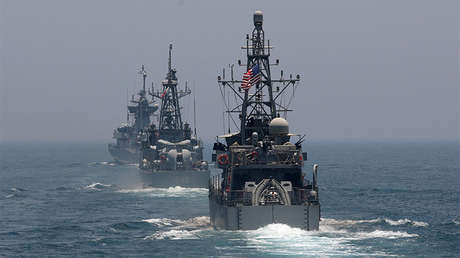 Buques de guerra participan en ejercicios militares de EE.UU. y Catar en el golfo Pérsico.