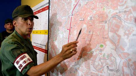 El general Antonio Benavides habla antes de realizar una operación de seguridad en el empobrecido barrio de Petare, uno de los barrios más peligrosos de Caracas. 13 de mayo de 2013.