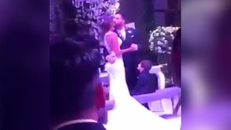 """""""Como un Tiranosaurio Rex"""": El 'torpe' beso de Messi a su novia en su boda hace explotar las redes"""
