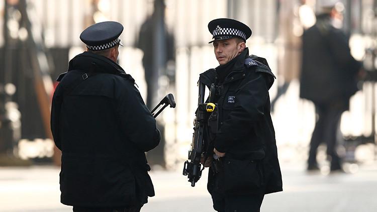 Un hombre semidesnudo se enfrenta con armas blancas a policías en un barrio de Liverpool
