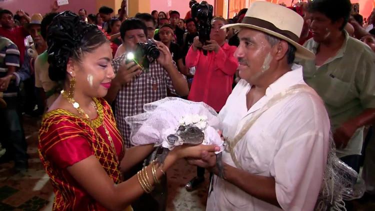 VIDEO: Un alcalde mexicano se casa con un caimán
