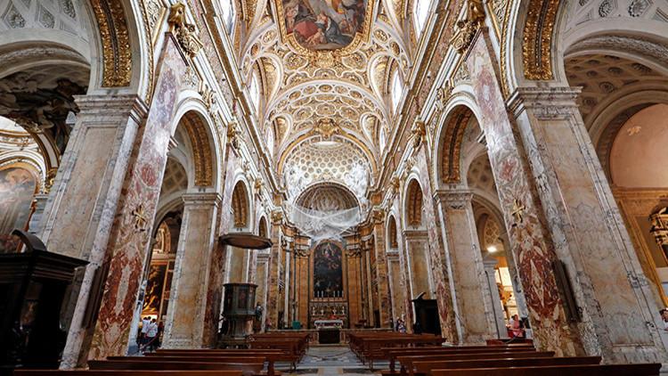 A la mayor gloria de Dios: La inusual forma de atraer devotos a una iglesia italiana