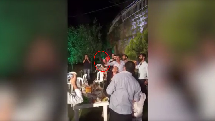 Video: Un novio dispara al fotógrafo de su boda tras perder el control de unaAK-47 en Líbano