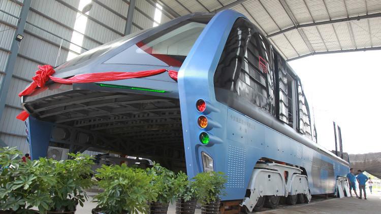 La Policía china detiene a los fabricantes del futurista 'autobús antiatascos' por fraude
