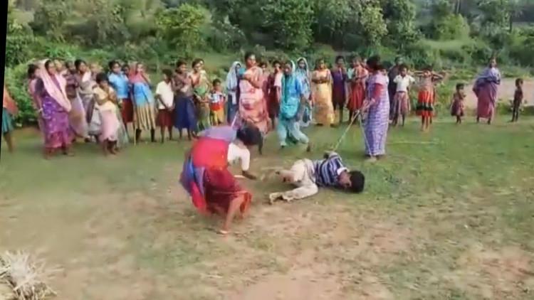 Mamás vengadoras: Varias mujeres apalean a un presunto pederasta violador (VIDEO)