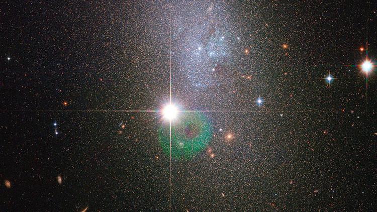 Descubren una enana roja oculta en el polvo de una estrella gigante