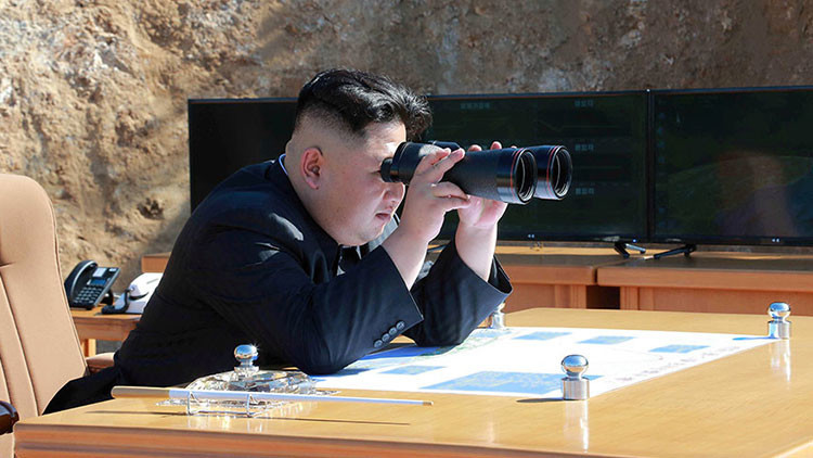 """Kim Jong-un promete más """"regalos"""" para los """"yanquis"""" tras la prueba de un misil intercontinental"""