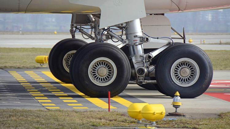 Un menor viaja de un continente a otro en el tren de aterrizaje de un Boeing