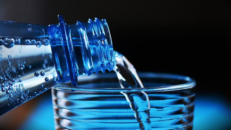 Las razones por las que nunca debes rellenar de agua tus botellas de plástico